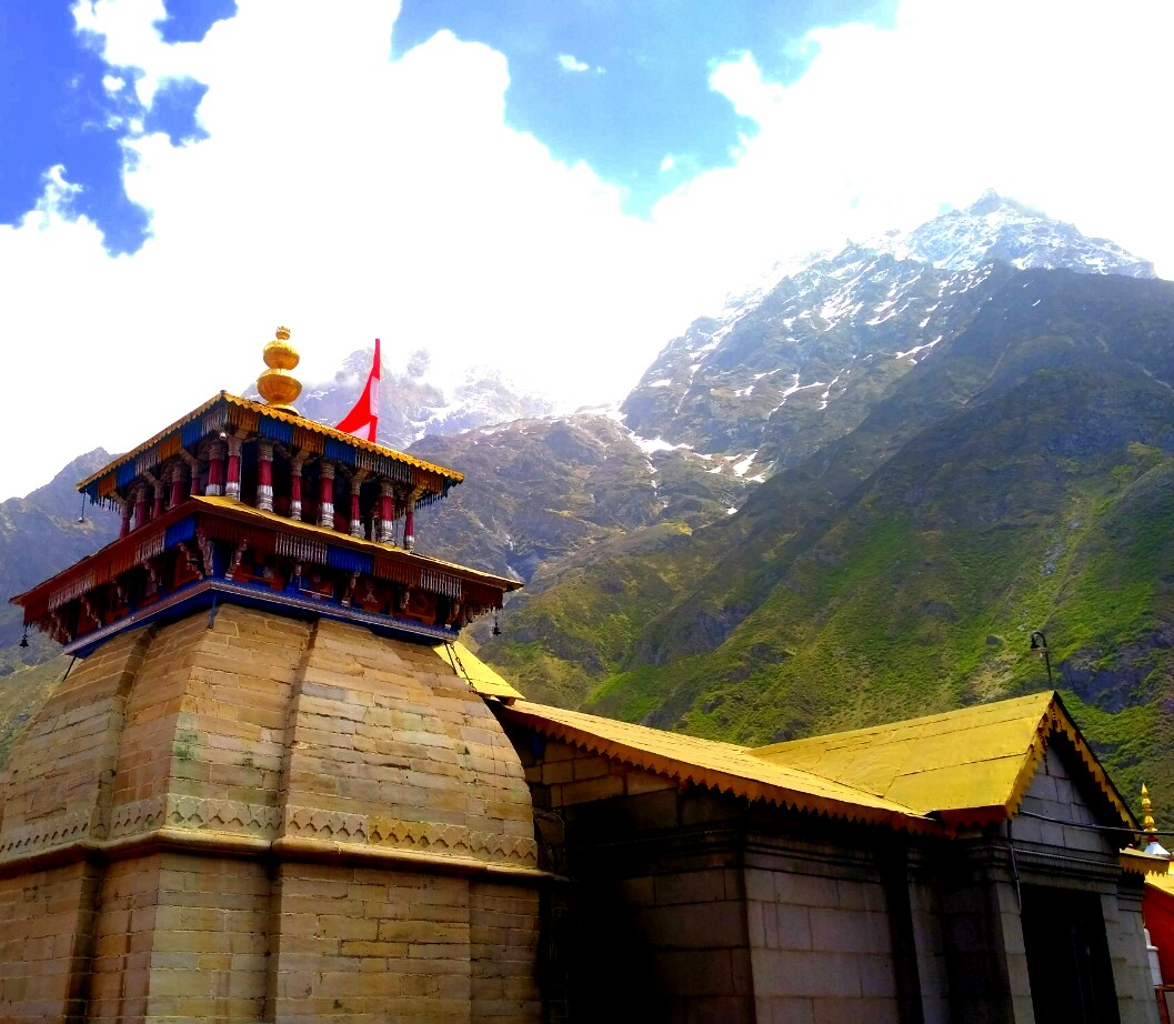The ancient Badrinath shrine amidst the snow capped peaks of the Himalaya mountains, Uttarakhand, India