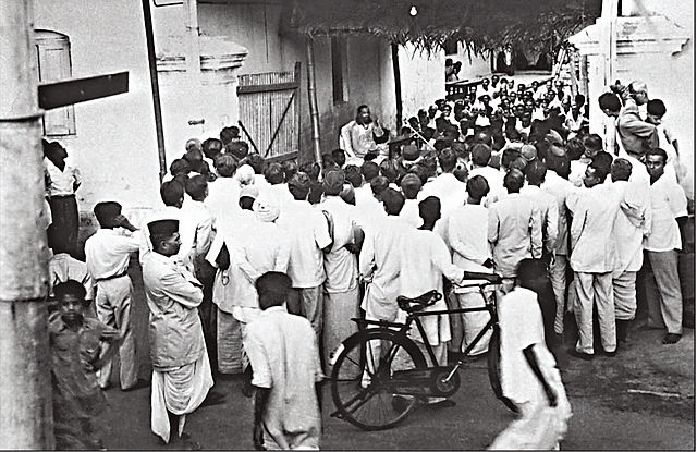 Swami Chinmayananda Speaking In An Alley